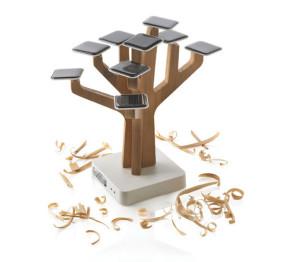Фото зарядки для телефона на солнечной батареи в виде дерева