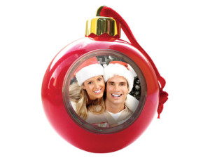 Фото елочной игрушки с фотографией парня и девушки