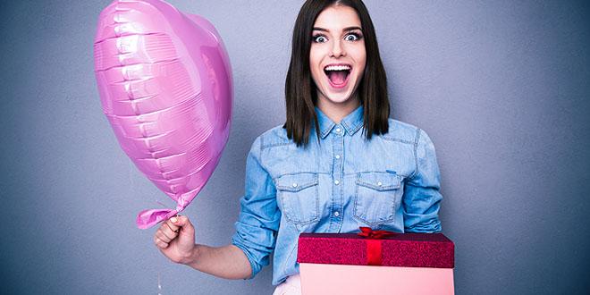 Фото девушки с подарком в руках