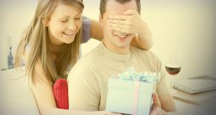 Фото жены, которая дарит подарок мужу