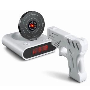 Фото будильника с мишенью и пистолетом