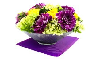 Фото георгин в вазе на салфетке