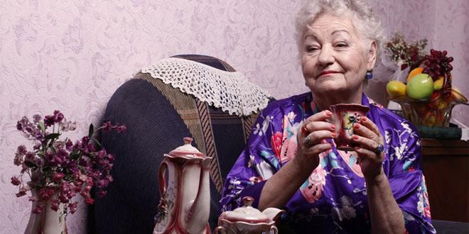 Фото бабушки с чашкой чая