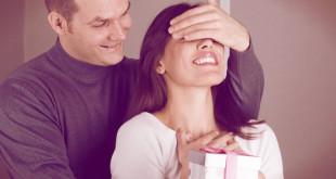 Фото мужа, который дарит жене подарок