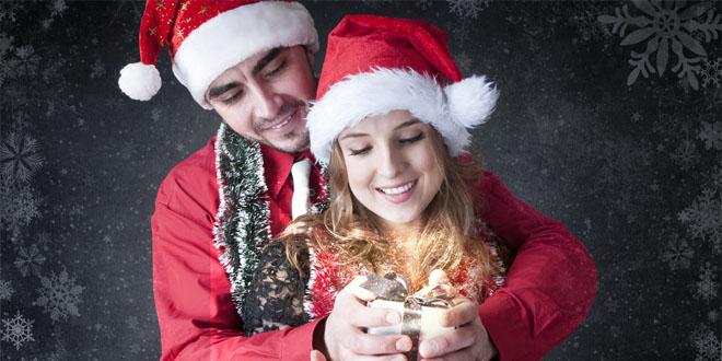 Фото мужа и жены с подарком