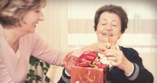 Фото бабушки и женщины, дарящей ей подарок