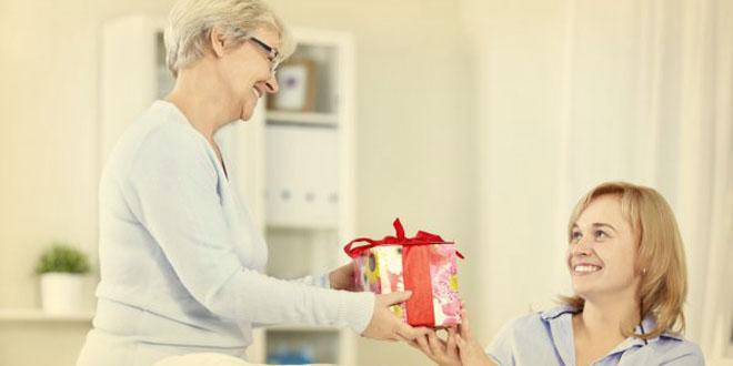 Фото бабушки и внучки, которая дарит ей подарок